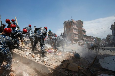 epa04744407 Nepalese armed police force search for victims after a house collapsed in strong earthquake hits Kathmandu, Nepal, 12 May 2015. The quake that hit Nepal on 12 May 2015 had a magnitude of 7.3, the United States Geological Society says, and was followed by several strong aftershocks. EPA/NARENDRA SHRESTHA +++(c) dpa - Bildfunk+++