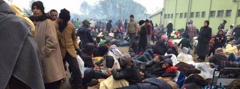 Viele Flüchtlinge haben die Nacht auf der kalten Erde verbracht.